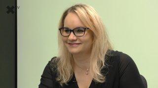 """""""Vakcína na COVID-19 mě děsí. Řezači hlav ve Francii? Ať zjistí, kdo je tam přivezl. ČT zneužívá nedotknutelnosti."""" – říká Karolina Stonjeková."""