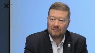 """""""Pokleknutí českých fotbalistů je velká ostuda. Od ministerstva školství dostávají stovky milionů. SPD si polepšila o sto procent."""" – říká Tomio Okamura."""