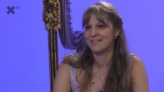 """""""Má harfa byla postavena v roce 1779 a nacházela se ve Versailles na dvoře Ludvíka XVI. Není vyloučeno, že na ni hrála Marie Antoinetta."""" – říká harfistka Barbora Plachá, která zahrála ve studiu XTV."""